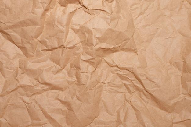 Primo piano di carta marrone sgualcito.