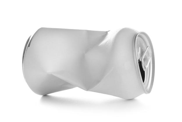 Latta vuota sgualcita, isolata su bianco
