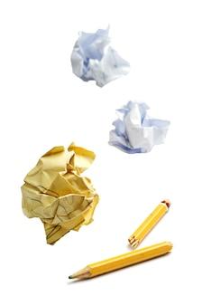Carta stropicciata e matita rotta su bianco