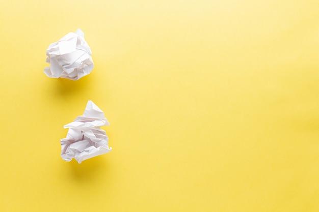 Carta stropicciata su un giallo