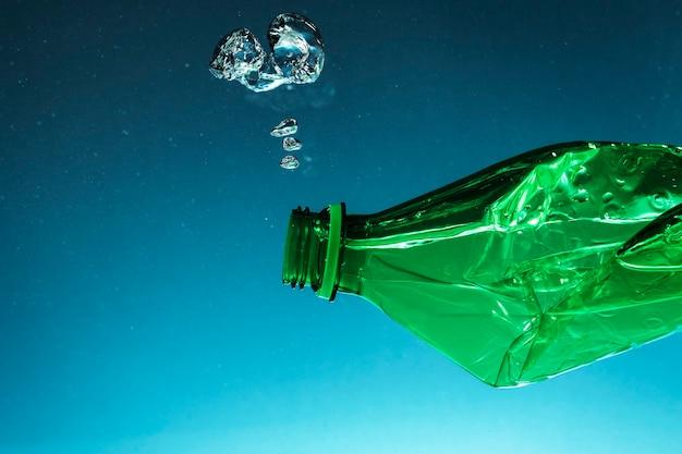 Bottiglia di plastica accartocciata che inquina l'oceano