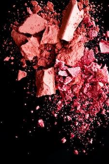 Cosmetici schiacciati ombretto minerale organico fard e polvere cosmetica isolati su sfondo nero m...