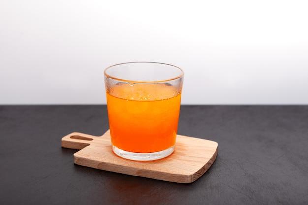 Ghiaccio tritato con succo d'arancia o bevanda allo sciroppo granizado all'arancia in vetro