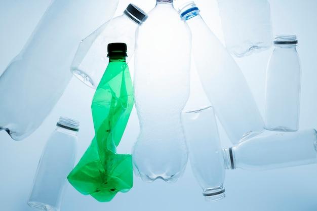 Bottiglie di plastica schiacciate per il riciclaggio