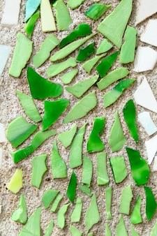 Muro di piastrelle frantumato in sfondo mosaico vicino