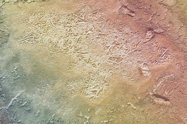 La crosta di sale sul fondo del lago secco di fango curativo. la superficie del lago salato.