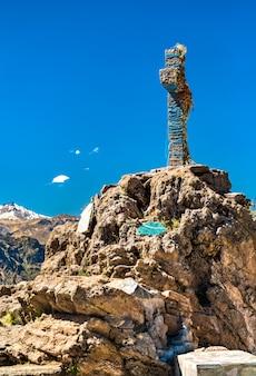 Il punto di osservazione degli uccelli cruz del condor al canyon del colca in perù