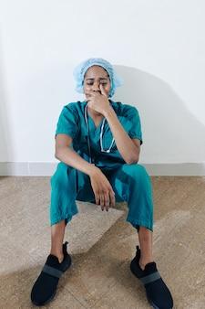 Piangendo giovane infermiera esausta