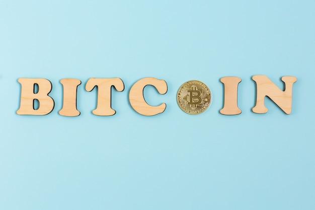 Bitcoin valuta crypto con messaggio bitcoin sulla superficie blu