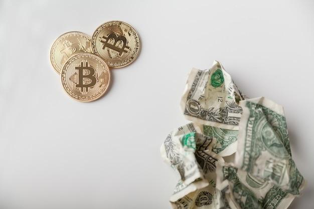 Valuta crittografica. monete bitcoin d'oro e dollari sgualciti
