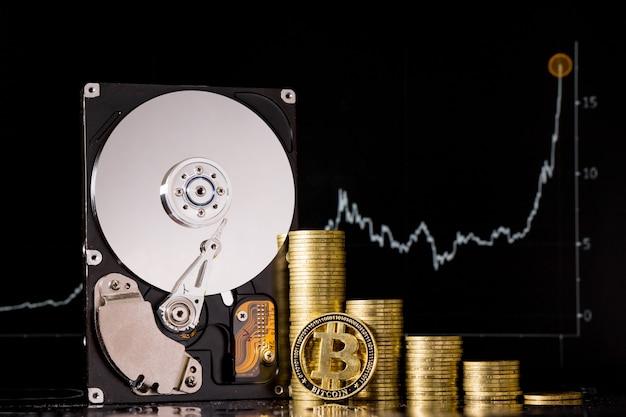 Criptovaluta chia e server su disco rigido per il mining. nuova valuta crypto chiacoin concetto di denaro virtuale su sfondo nero.