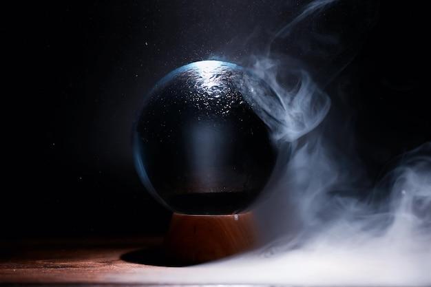 Sfera di cristallo per predire il destino. indovinare il futuro.