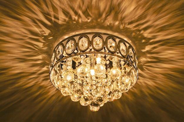 Lampadario a soffitto in cristallo luminoso e iridescente.