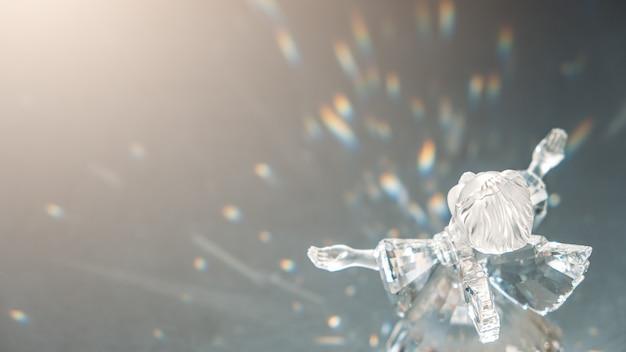 Angelo di cristallo sotto i raggi del sole con il concetto di misericordia di speranza di speranza di fede scintillante in rilievo