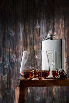 Bicchiere in cristallo e bottiglia con whisky