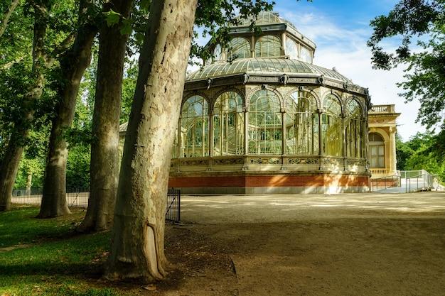 Crystal palace nel parco pubblico del retiro di madrid.