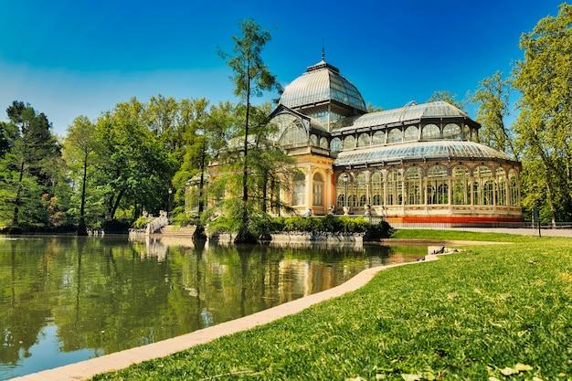Palazzo di cristallo nel parco del retiro a madrid, spagna