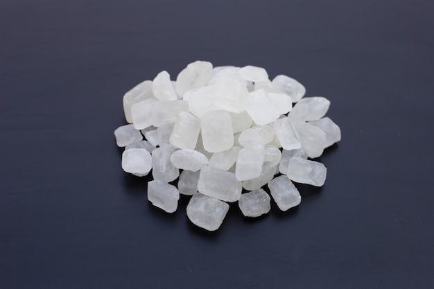 Zucchero di roccia cristallina su sfondo scuro.