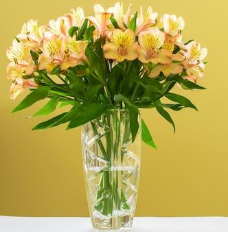 Vaso di cristallo con bouquet di fiori di astromelia
