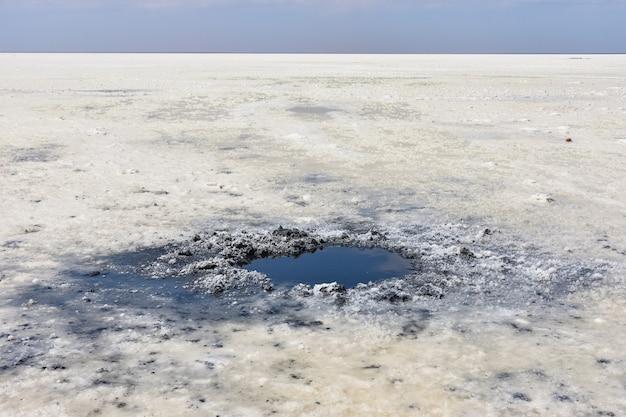 Pozzanghera di sale cristallizzato e fango minerale naturale