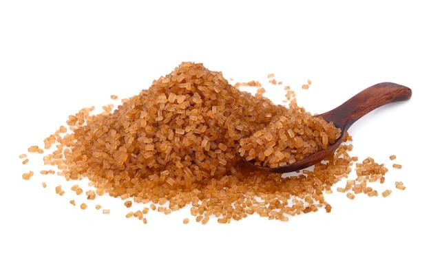 Cristalli di zucchero di canna, zucchero di canna marrone caramello isolato su sfondo bianco