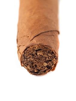 Primo piano del sigaro cubano isolato sopra priorità bassa bianca.
