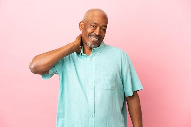 Anziano cubano isolato su sfondo rosa ridendo