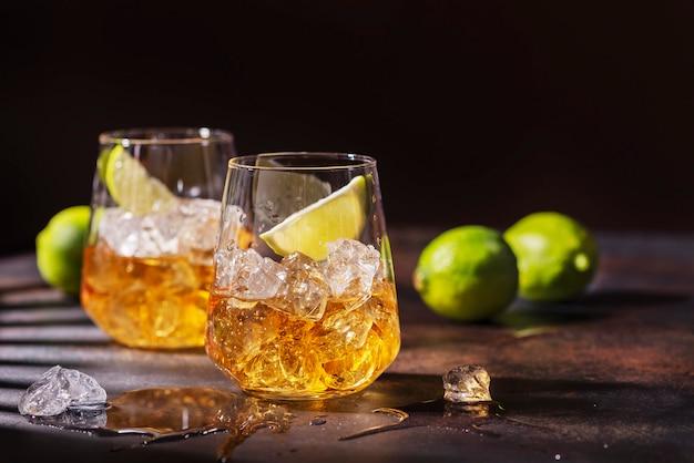 Rum forte cubano con ghiaccio e lime