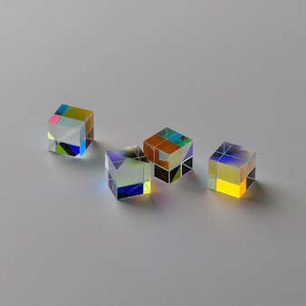Prismi a cubo con abstract con raggi ad alta vista