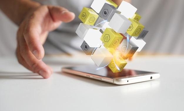 Cubo con icone sociali su smartphone