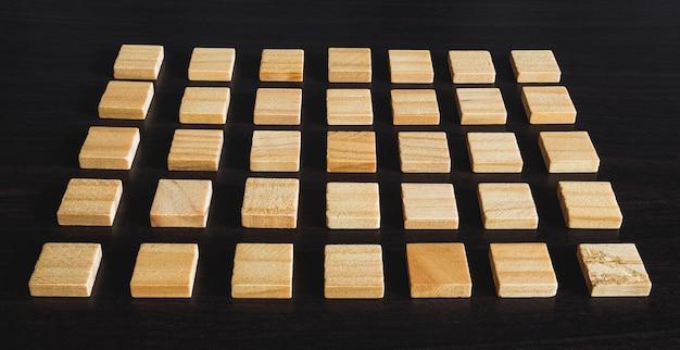 Cubo quadrato in legno con copia spazio