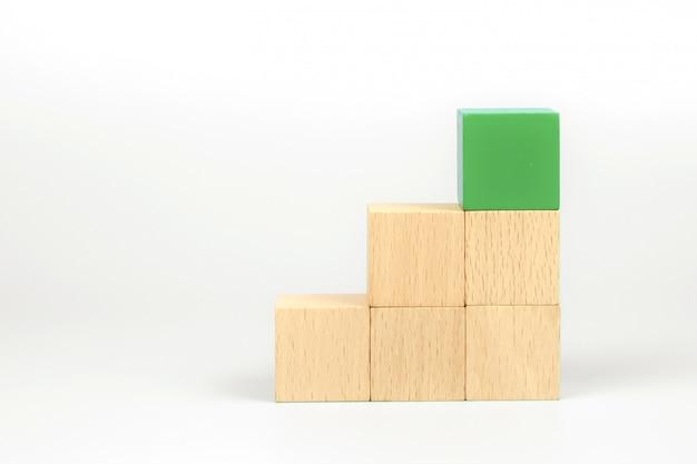 Cubo giocattolo in legno impilato e blocco di colore verde in alto senza grafica.