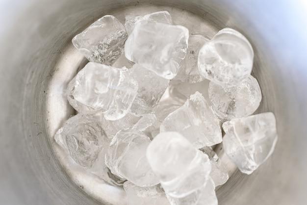 Cubetti di ghiaccio all'interno di un secchiello per il ghiaccio.
