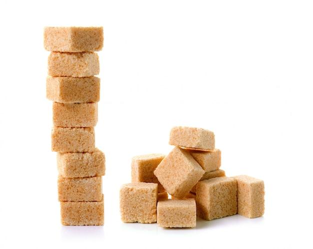 Cubi dello zucchero di canna isolati su spazio bianco