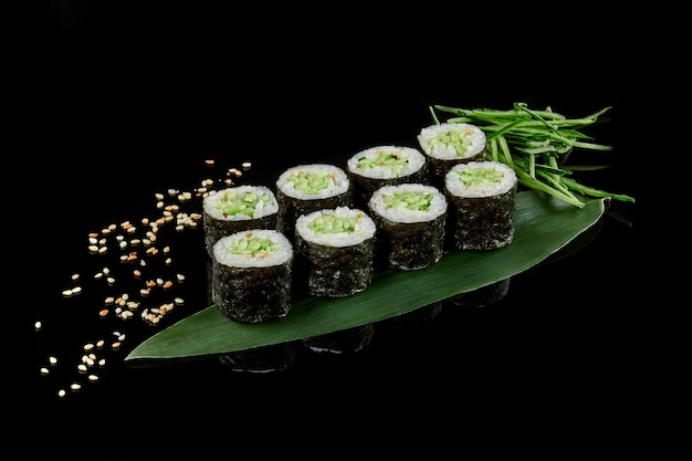 Rotolo di sushi al cetriolo maki kappamaki con sesamo