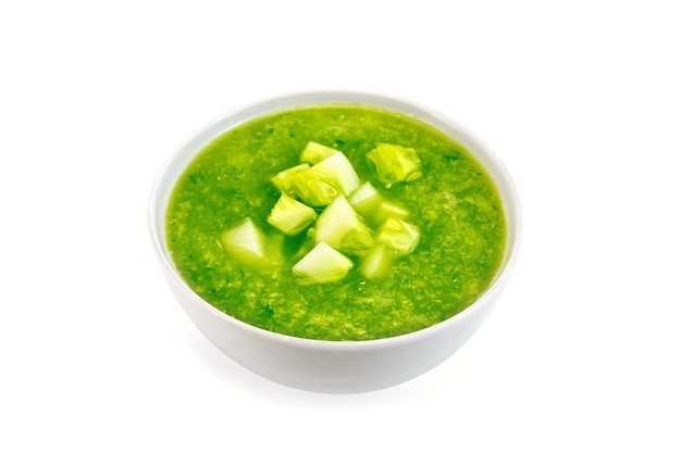 Zuppa di cetrioli con peperoni verdi e aglio in una ciotola isolata su sfondo bianco