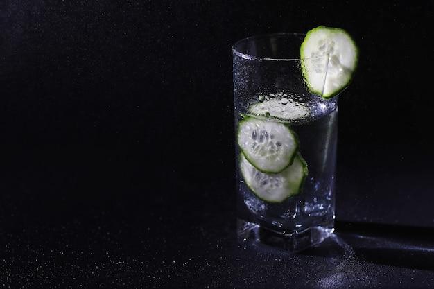 Acqua di cetriolo. acqua potabile con cetriolo fresco. acqua minerale. acqua sana, ricca di minerali e rinfrescante con cetriolo.