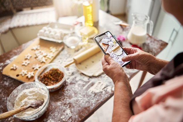 Blogger culinario che fotografa il tavolo della cucina disordinato