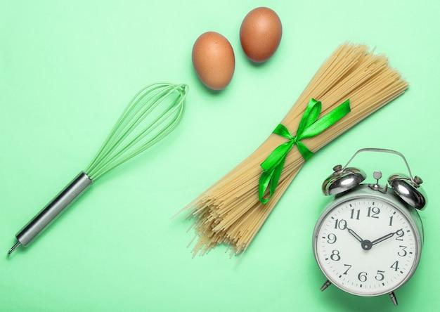 Concetto culinario, processo di cottura con pasta, uova di gallina, frusta