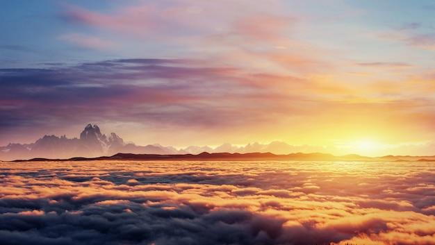 Cielo fantastico della nebbia di cumulo di mattina. carpathian, ucraina