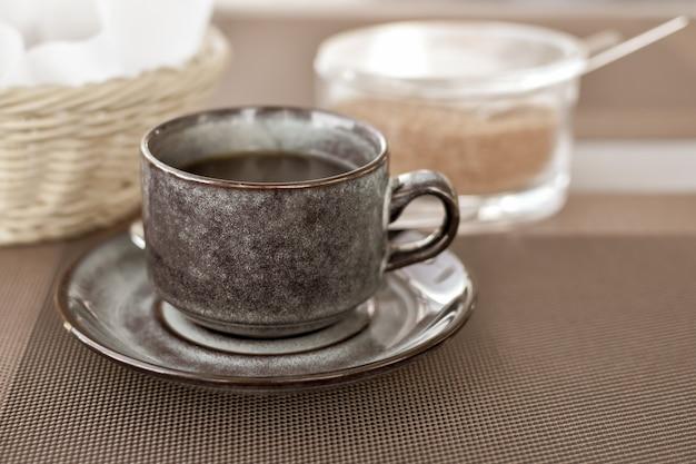 Tazza di caffè nero al mattino o al pranzo di lavoro al bar