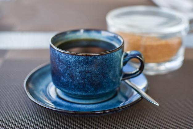 Tazza di caffè nero al mattino nella caffetteria. caffè nero per pranzo di lavoro. energia mattutina, colazione. Foto Premium