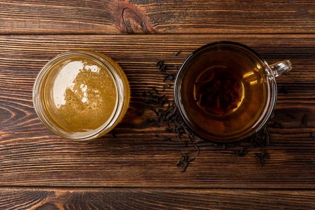 Tazza di tè nero e miele