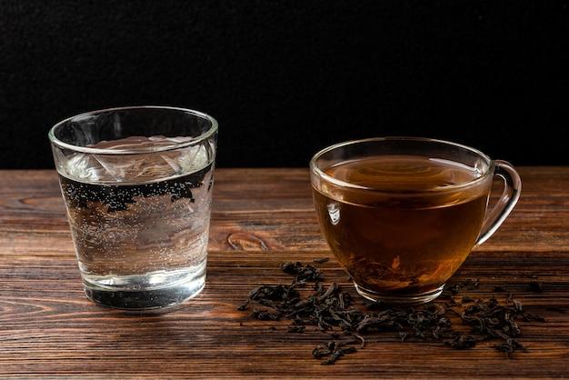 Tazza di tè nero e acqua