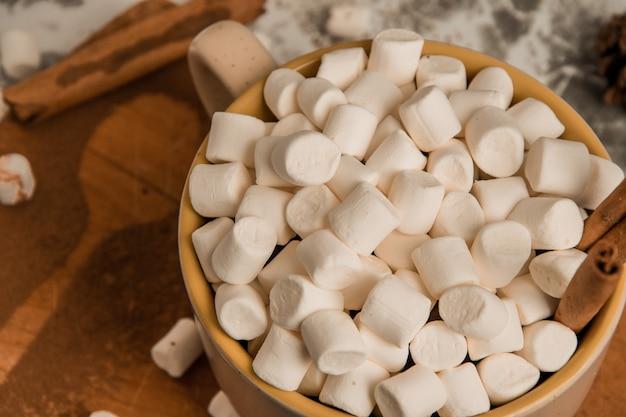 Una tazza di natale capodanno deliziosa cioccolata calda e cacao con marshmallow cosparsi di cacao...