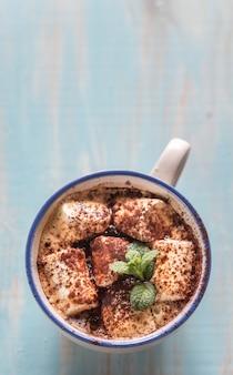 Tazza di cacao con marshmallow e cacao in polvere