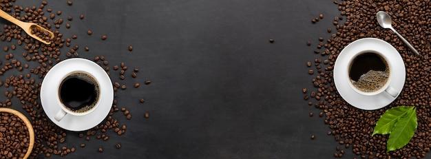 Tazza di caffè e fagioli sul fondo della tavola in legno nero. vista dall'alto