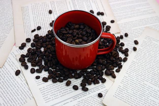 Una tazza e chicchi di caffè