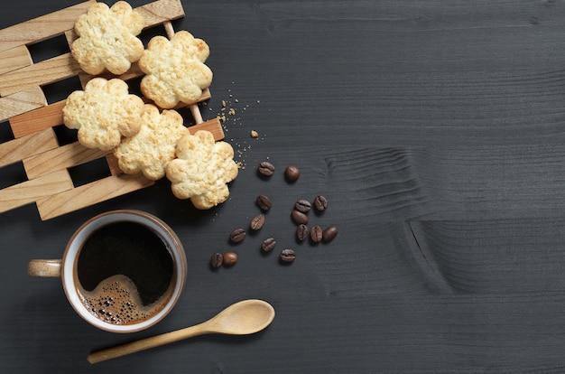 Tazza di caffè e biscotti con scaglie di cocco