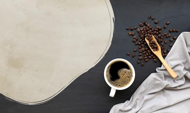 Tazza di caffè sul pavimento di legno nero